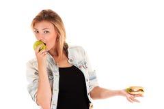 Jonge vrouw die een appel eet Royalty-vrije Stock Foto