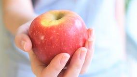 Jonge vrouw die een appel standhouden stock video