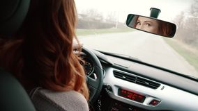 Jonge vrouw die een auto, achtermening drijven stock videobeelden