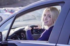 Jonge Vrouw die een Auto in de Stad drijven Portret van mooi w royalty-vrije stock afbeelding