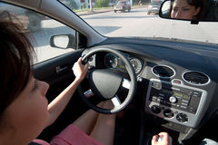 Jonge vrouw die een auto drijft stock afbeeldingen