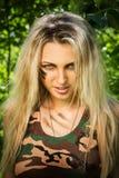 Jonge vrouw die een automatisch aanvalsgeweer houden Stock Afbeelding