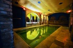 Jonge vrouw die een bad in de Arabische baden neemt Stock Foto