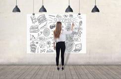 Jonge vrouw die een bedrijfsschets trekken 3d geef elementen in collage terug royalty-vrije stock foto's