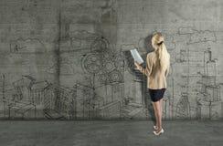 Jonge vrouw die een bedrijfsschets trekken op een concrete muur 3d geef elementen in collage terug royalty-vrije stock afbeelding