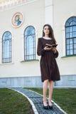 Jonge vrouw die een bijbel houden Stock Afbeeldingen