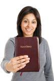 Jonge vrouw die een bijbel houdt die verplichting toont Royalty-vrije Stock Foto's
