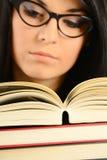 Jonge vrouw die een boek leest Stock Foto's