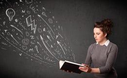 Jonge vrouw die een boek leest royalty-vrije stock foto's