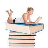 Jonge vrouw die een boek leest Royalty-vrije Stock Afbeelding