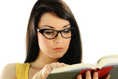 Jonge vrouw die een boek leest dat op wit wordt geïsoleerdn Royalty-vrije Stock Afbeelding