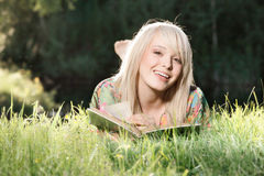 Jonge vrouw die een boek lezen stock afbeelding