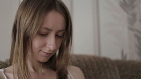 Jonge vrouw die een boek op de laag lezen stock video