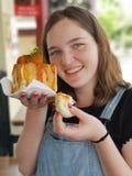 Jonge vrouw die een Dunny-Konijntjeschow snel voedsel steunen royalty-vrije stock foto