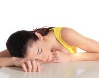 Jonge vrouw die een dutje neemt Stock Fotografie