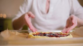 Jonge vrouw die een feestelijke cake in de keuken voorbereiden In mooie bokeh als achtergrond stock footage