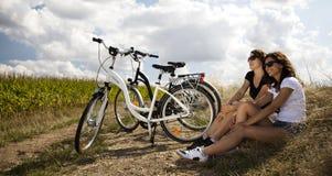 Jonge vrouw die een fiets berijden Royalty-vrije Stock Afbeeldingen