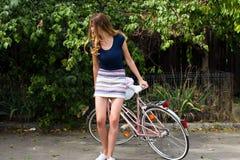 Jonge vrouw die een fiets berijden stock fotografie