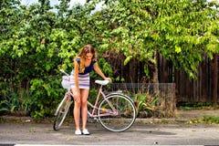 Jonge vrouw die een fiets berijden stock afbeeldingen