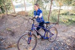 Jonge vrouw die een fiets berijdt Stock Foto