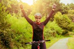 Jonge vrouw die een fiets berijdt royalty-vrije stock afbeelding