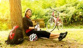 Jonge vrouw die een fiets berijdt royalty-vrije stock afbeeldingen