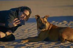 Jonge vrouw die een foto met haar smartphone met haar Amerikaan neemt royalty-vrije stock foto