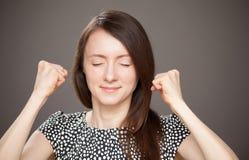 Jonge vrouw die een gebaar van een voltooiing aantonen stock foto