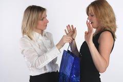 Jonge vrouw die een gift geeft aan een vriend Stock Foto's