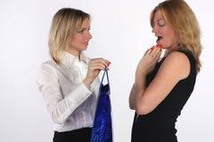 Jonge vrouw die een gift geeft aan een vriend Royalty-vrije Stock Foto's