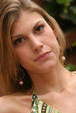 Jonge vrouw die een groene kleding draagt Stock Foto's