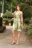 Jonge vrouw die een groene kleding draagt royalty-vrije stock foto's
