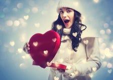 Jonge vrouw die een grote doos van de hartgift houden Stock Foto