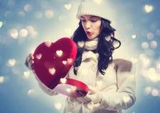 Jonge vrouw die een grote doos van de hartgift houden Royalty-vrije Stock Fotografie