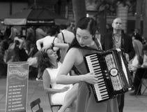 Jonge Vrouw die een Harmonika Zwart-witte NYC spelen stock afbeeldingen