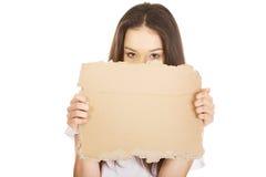 Jonge vrouw die een karton houden Stock Fotografie