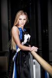 Jonge vrouw die een kleding draagt royalty-vrije stock afbeelding
