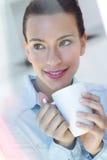 Jonge vrouw die een koffie hebben bij de keuken royalty-vrije stock fotografie