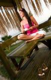 Jonge vrouw die een kop van koffie in bungalow heeft royalty-vrije stock foto