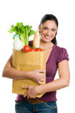 Jonge vrouw die een kruidenierswinkelzak houdt Stock Foto