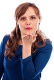 Jonge vrouw die een kus blazen Stock Foto