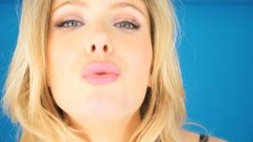 Jonge vrouw die een kus blazen stock videobeelden
