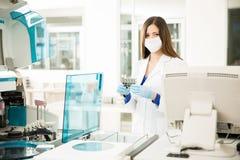 Jonge Vrouw die in een laboratorium werken Royalty-vrije Stock Afbeelding