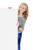 Jonge vrouw die een leeg aanplakbord geïsoleerd houden Stock Afbeeldingen