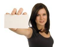 Jonge vrouw die een leeg adreskaartje houdt Royalty-vrije Stock Afbeeldingen