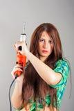 Jonge vrouw die een machtshulpmiddel houden Royalty-vrije Stock Foto