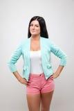 Jonge vrouw die een modieuze jackett en roze borrels dragen Royalty-vrije Stock Afbeelding