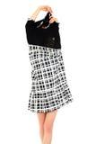 Jonge vrouw die een modieuze kleding opstijgt Stock Afbeelding