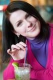 Jonge vrouw die een mojito heeft Royalty-vrije Stock Afbeeldingen