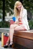 Jonge vrouw die een onderbreking van het winkelen heeft Stock Foto